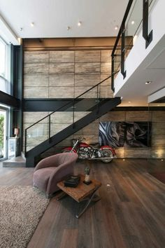 maison minimaliste, mur en bois, escalier en métal avec mezzanine, sol en bois,