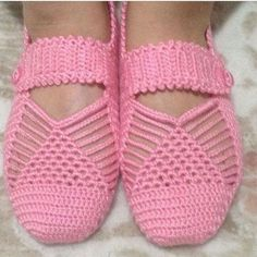 Best 12 Cute Summer Slippers Crochet F Crochet Sandals, Crochet Boots, Crochet Baby Booties, Crochet Slippers, Crochet Clothes, Crochet Slipper Pattern, Crochet Patterns, Knitting Socks, Baby Knitting