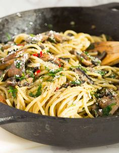 This garlic mushroom pasta comes together in 15 minutes. A real last minute treat for spaghetti and mushroom lovers and perfect for the entire family. Spinach Mushroom Pasta, Mushroom Dish, Veggie Pasta, Spinach Stuffed Mushrooms, Garlic Mushrooms, Creamed Mushrooms, Pasta Dishes, Veggie Dishes