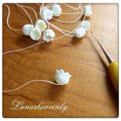 すずらんのパターンを見直し中。 ぷっくりまんまる、シュッと細くなって、花びらの先がくるんとカール、をどうにか再現したくて。 #レース編み #crochet #crochetflower #lilyofthevalley