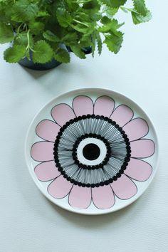 MATERIAN TAJU Marimekko Kestit Pottery Lessons, Diy Tableware, China Art, Ceramic Design, Marimekko, Diy Arts And Crafts, Linocut Prints, Floral Patterns, Textile Patterns
