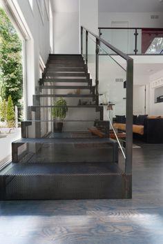 ♥♥♥ Лестницы на второй этаж на металлическом каркасе – практичное решение вопроса соединения уровней при постройке дома или дачи. Они позволяют совместить прочность металла с декоративными свойствами выбранного материала отделки. В итоге Вы получаете надежную лестницу, способную вписаться в любой интерьер.