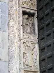 San Lorenzo a Genova. Un leone ed una chimera sono raffigurati all'interno di formelle sovrapposte sul lato interno del piedritto. Il rilievo è piatto, i dettagli superficiali sono resi in modo grossolano. Più in alto è stata inserita una Madonna col Bambino di epoca gotica.