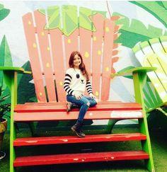 Karol sentada en una silla frutilla