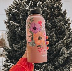 DIY's are fun and all, but how about making them for a little bit of money? Water Bottle Art, Cute Water Bottles, Water Bottle Design, Hydro Painting, Bottle Painting, Hydro Flask Water Bottle, Summer Aesthetic, Looks Cool, My New Room