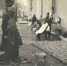 Beyazıt (Istanbul), early On the foreground: a 'ayakkabı boyacısı' (shoeshiner). In the background: a 'berber' (barber). Black White Photos, Black And White, Shopping Street, Thessaloniki, Ottoman Empire, Historical Pictures, Istanbul Turkey, 14th Century, Old City