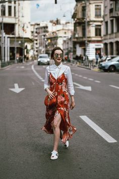 If you enjoy wearing a floral dress from time to time, but you don't wish to look sweeter than honey, then this post is for you. Floral Dress Outfits, Red Floral Dress, Girly Outfits, Dresses, Ootd Spring, Cute Spring Outfits, Collage Vintage, Estilo Swag, Dress With Sneakers