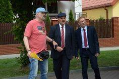 Reżyser Wojciech Adamczyk daje ostatnie rady aktorom, którzy przygotowują się do kolejnej ważnej sceny.