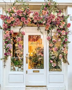 Flowers on the facade of a flower shop in Londons Belgravia. Flowers on the facade of a flower shop Flower Shop Names, Flower Shop Decor, Flower Shop Design, Flower Shop Displays, Flower Stores, Design Shop, Cafe Design, Logo Design, French Flowers