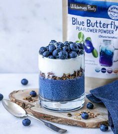 Blueberry Butterfly Pea Flower Parfait sponsored by 💙 How much fun is it to eat blue food?🤗 Blue is my favorite color, so couldn't… Butterfly Pea Flower Tea, Blue Butterfly, Butterfly Plants, Blue Desserts, Chocolates, Pea Recipes, Rainbow Food, Powder Recipe, Blue Food