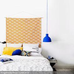 Das Betthaupt aus Stoff ist selbstgemacht und passt super zur Bettwäsche. Durch den DIY-Charakter wirkt die Schlafzimmereinrichtung unkonventionell und…