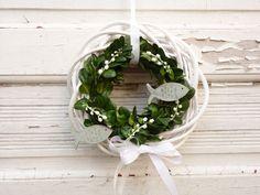 Dieser schlichte und edel wirkende Türkranz bringt einen festlichen Akzent an ihre Tür und heißt ihre Gäste willkommen.  Ein weißer Weidenkranz ist mit frischem Buchsbaum, künstlichen...