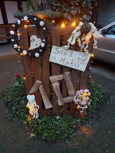Idee für hölzerne Hochzeit anstelle von einem Kranz oder einem Herz.