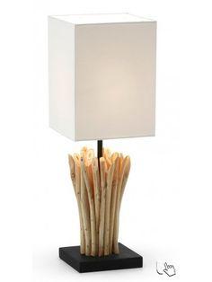 Dal saporre etnico questa favolosa lampada da tavolo, formata da rametti di legno tropicale. Emette una luce chiara e uniforme che porta molta chiarezza nella stanza.