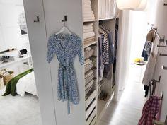 Wardrobe behind the bed, small bedroom ideas.  By urządzić garderobę za łóżkiem potrzeba minimum 128 cm do ściany: 58 cm zajmą korpusy szaf bez drzwi, a 70 cm przejście między szafami a ścianą. Gdy chcemy zmieścić dodatkowy rząd szaf na ścianie trzeba dodać kolejne 58 cm (głęboka szafa odzieżowa) lub 35 cm (płytka szafa odzieżowa na wiszące na wieszakach spodnie, spódnice, złożone koszulki, swetry, itp.).