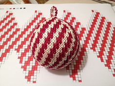 "Ravelry: Julekuler - ""Zuckerstange"" (candy cane) pattern by Jasmin Malekpour-Augustin Knitted Christmas Decorations, Knit Christmas Ornaments, Beaded Ornaments, Christmas Knitting, Christmas Stockings, Christmas Crafts, Knitting Charts, Free Knitting, Knitting Patterns"