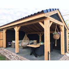 Stappenplan voor het bouwen van uw overkapping! Backyard Sheds, Backyard Patio Designs, Pergola Patio, Outdoor Landscaping, Outdoor Couch, Outdoor Rooms, Sauna House, Garden Privacy Screen, Barbecue Design