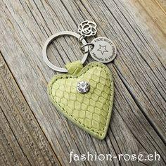 Edler Schlüsselanhänger mit Amulett als Geschenk für die Frau Online kaufen verschenken Rosenanhänger Personalized Items, Rose, Fashion, Amulets, Gifts For Women, Leather, Moda, Pink, Fashion Styles