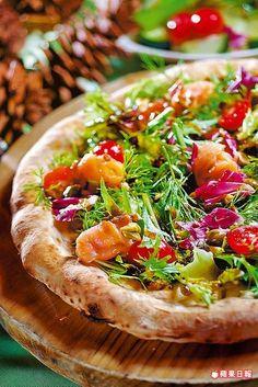 煙燻鮭魚堅果綜合生菜PIZZA 300元。  醬汁酸中帶油潤,燻鮭魚軟滑鹹口。攝影╱陳逸宏