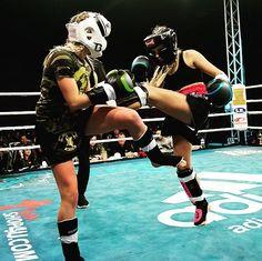 Stefania Rosanna Di Lella (Leonessa Siciliana) in actie tijdens Muay Thai Mania op 23 oktober 2016 in Sporthal Ockenburg Den Haag @famigliadilella #muaythaifighter #muaythai #fighter #ttc #totaltrainingcenter  #kickboxen