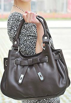 Are you still looking for something for the coming Christmas or the next Mother's Day as  gifts to your mother or mother-in-law? This bag is an absolutely perfect choice.It  features simple design and low-key colors but not out of fashion.