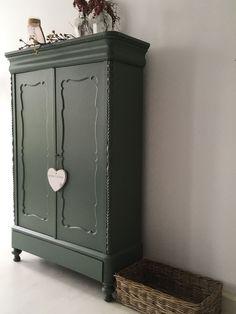 "Brocante Biedermeier kast in de kleur ""Mega"". Recycled Furniture, Colorful Furniture, Home Decor Furniture, Furniture Projects, Painted Furniture, Furniture Design, Cute Room Decor, Wardrobe Storage, Shabby"
