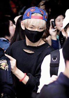 isso é oque da fazer trouxice Taehyung (corte na camisa dele)