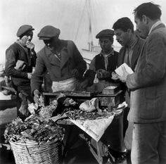 by Robert Capa  Fish market on old harbor. İstanbul, Turkey (1946)