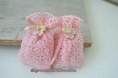 Sacchettino bomboniera a uncinetto con ventagli e archetti Crochet Sachet, Crochet Pouch, Camilla, Lavender Bags, Cute Crafts, Baby Shower Favors, Wedding Favors, Crochet Patterns, Creative