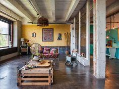 open space Loft mit betonboden und wandpaneelen als raumteiler