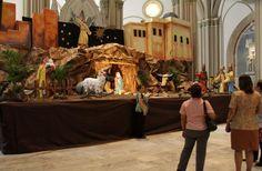 Pesebre de la Catedral de Guayaquil, Ecuador. Luego de visitar al santísimo o realizar una oración, personas aprovechan para tomarse fotos con el pesebre de tamaño real.