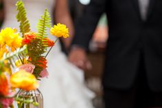 Acentos que cautivan a la distancia.  #maríalimón #floraldesign #florals #eventstyling #weddingstyling #trends #weddingdecor #summer #weddingstyle #vibrantcolors #inspiration #unique #yellow #orange #pink