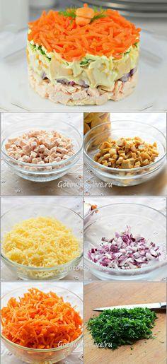 Красивый и яркий слоеный салат с грибами, морковкой по-корейски и сыром. Сочный, нежный, чуть пикантный, сытный, но совсем не тяжелый. Несмотря на простоту, салат этот будет достойно выглядеть и на праздничном столе.  Ингредиенты:  Морковь (по-корейски) — 200 г Грибы консервированные — 200 г Грудка индюшки (отварная) — 200 г Лук красный — 50 г ....