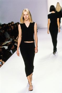 Calvin Klein Collection Spring 1996 Ready-to-Wear Fashion Show - Emma Balfour 90s Fashion, Couture Fashion, Trendy Fashion, Plus Size Fashion, High Fashion, Fashion Show, Vintage Fashion, Fashion Outfits, Timeless Fashion