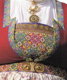 Fana. Det er kun gifte kvinner som kan bruke lilla og grønne stener på søljene. Alle kan ha røde stener. Hardanger Embroidery, Embroidery Patterns, Folk Costume, Costumes, My Roots, Traditional Outfits, Old And New, Norway, Folk Art