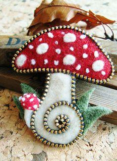 OF MICE AND raMEN: Felt & Zipper Crafts by Odile Gova cute fairy toadstool felt brooch design grimm and fairy craft idea Fabric Art, Fabric Crafts, Sewing Crafts, Zipper Flowers, Fabric Flowers, Wet Felting, Needle Felting, Felt Mushroom, Tiny Mushroom