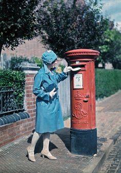 1928年のイングランド > 郵便ポストに手紙を投函している若い女性。オックスフォード。