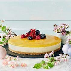 Pehmeänmakuinen mangojuustokakku on yksi juhlien kestosuosikki. Mangojuustokakku maistuu kaikille vieraille.