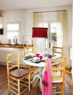 Mesa y lámpara de techo, de Cottage. Individuales de punto, de Zara Home. Sillas, de Antic Major...