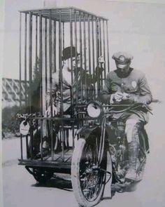 Harley-Davidson. Policjant transportuje więźnia w mobilnej celi, 1921r.