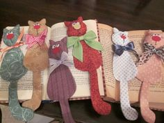Must drop all other projects and make these! Must drop all other projects and make these! Felt Bookmark, Bookmark Craft, Diy Bookmarks, Fabric Crafts, Sewing Crafts, Sewing Projects, Craft Projects, Cat Fabric, Fabric Dolls