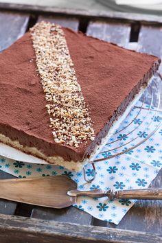 Le royal au chocolat, ou trianon est un grand classique en pâtisserie. Et pourtant, il n'est jamais passé par ma cuisine, jusqu'à aujourd'hui! C'est une commande que j&rsquo… Tiramisu, Biscuits, Food And Drink, Birthday Cake, Ethnic Recipes, Hui, Ramadan, Branches, Cupcake