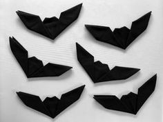 Get creative with your Halloween place settings! These fun bat napkins are a cinch, and take less than one minute to fold. No need to be an origami expert to master. Linen Napkins, Cloth Napkins, Paper Napkins, Black Napkins, Paper Napkin Folding, Folding Napkins, How To Fold Napkins, Napkin Origami, Soirée Halloween