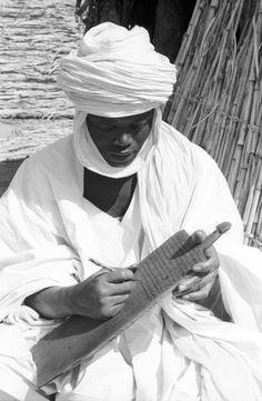 Hausa man studying the Koran, Chadawanka village, Niger, Eliot Elisofon, photographer. African Culture, African History, African Art, Tribal Rituals, Beauty Around The World, African Design, People Of The World, World Cultures, West Africa