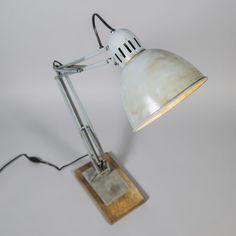 Tafellamp Base grijs - Ziet u hem al voor u staan? Een tafellamp als deze is dan natuurlijk ook niet gemakkelijk te missen.. Met zijn stoere industriële look en verweerde uitstraling een aanwinst voor iedereen!