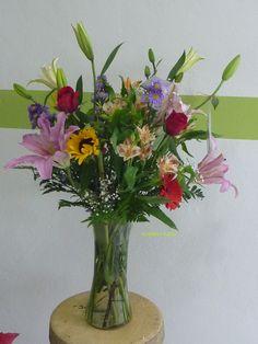 Arreglo redondo en base de vidrio con flores mixtas y rosas rojas. www.floreriazazil.com   ventas@floreriazazil.com  Tel. 01 998 2061951 #Floreriacancun #diseñofloralcancun