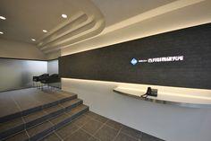 オフィスデザイン実績~安心感、高級感のある上質な空間 Office Entrance, Entrance Design, Lobby Reception, Office Reception, Jewelry Store Design, Futuristic Interior, Counter Design, Modern Office Design, Lobby Design