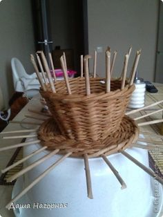 filiżanka Paper Basket Weaving, Diy And Crafts, Paper Crafts, Newspaper Basket, Weaving Patterns, Cup And Saucer, Make Your Own, Wicker, Place Card Holders