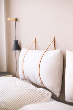 Advertising unsolicited & DIY bed head made of leather straps yourself! I& show you with my guide for the modern headboard how to do it! The post DIY bed head with leather straps appeared first on Fox. Modern Headboard, Diy Headboards, Diy Leather Headboard, Headboard Ideas, Home Decor Bedroom, Diy Home Decor, Diy Bedroom, Bedroom Sofa, Master Bedroom