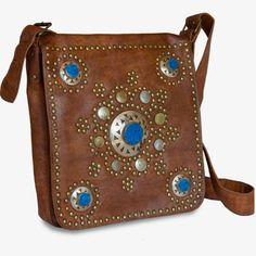 Con piedras en turquesa, monedas antiguas y remaches, este bolso causa furor entre las hippie chic. Su piel es de calidad suprema y el diseño es del más puro estilo marroquí.